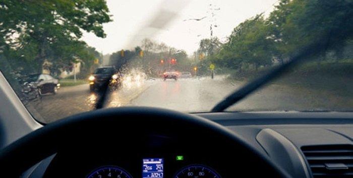 3 Tips Aman Berkendara Saat Hujan. Apa yang Harus Diperhatikan?