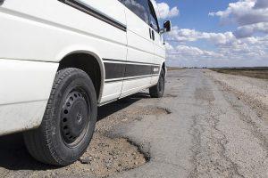 4 Komponen Mobil yang Rentan Rusak Karena Jalan Berlubang