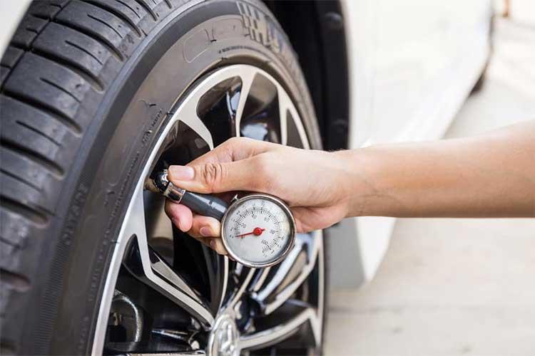 Rajin Cek Tekanan Ban Mobil Bikin Kita Selamat, Ini Tipsnya