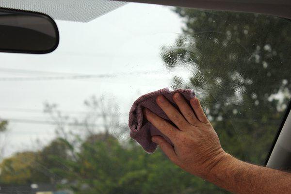 Kaca Mobil Buram Saat Hujan? Ini 5 Cara Mengatasinya